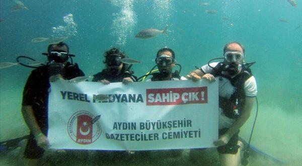Gazetecilerden suyun altında 'Yerel Medya' pankartı